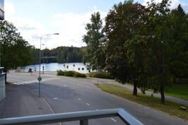 Parvekkeelta on näkymät järvelle ja rantapuistoon.