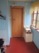 Kylmä kuisti, ovi lämpimään WC/kph/sauna kompleksiin