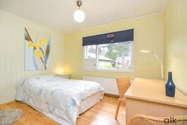 Kodin päämakuuhuone on hyvin valoisa ja tilava.