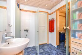 kylpyhuoneesta kulku kodin  takaterassille makuuhuoneen kautta.