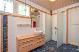 Persoonallinen ja hyvänkokoinen kylpyhuonetila on kutsuva.
