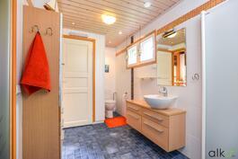 Pesutilojen yhteydessä on kodin toinen wc.