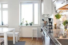 Valoisassa keittiössä kaksi isoa ikkunaa sisäpihan suuntaan