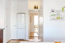 Keittiöstä aulan ja olohuoneen suuntaan