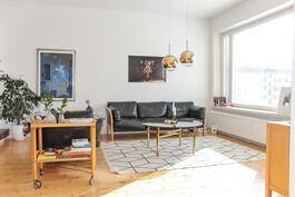 Iso, valoisa olohuone, mistä kulku länsiparvekkeelle