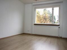 Huoneiston lattia- ja seinäpinnat on uusittu