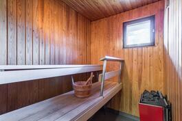 Sauna jossa on ikkuna