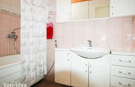 Yläkerran iso kylpyhuone