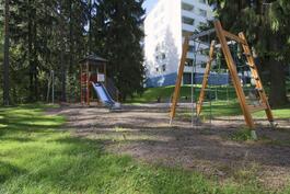 Yhtiön piha-aluetta, jossa lapsille leikkivälineitä.