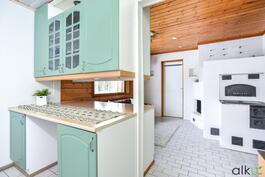 Takkahuoneen ja keittiön välissä on taso kaapistoineen