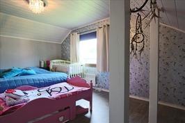 Isompi makuuhuone yläkerrassa