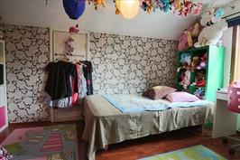 Yläkerran toinen makuuhuone, lapetilassa vaatehuon