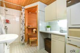 Kylpyhuoneessa on hyvin tilaa pyykkihuollolle.