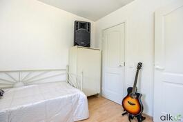Toisessa makuuhuoneessa on myös vaatehuone.
