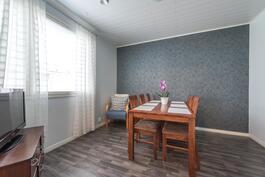 Yhden makuuhuoneen voi hyödyntää vaikkapa ruokailuhuoneeksi
