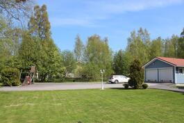 Iso, oma tontti 3 393 m2. Paljon nurmikkoa, mutta myös asfalttialue peleihin ym.