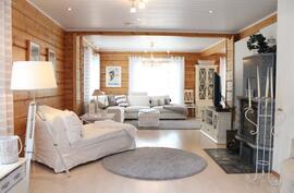 Iso, erittäin valoisa olohuone