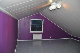Yläkerran toinen makuuhuoneena käytetty tila, ikkuna pihan suuntaan