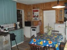 Tilavassa tupakeittiössä myös osin uusitut kauniin siniset keittiökaapistot.