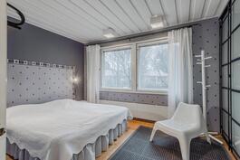 Alakerran makuuhuone, liukuovikaapisto