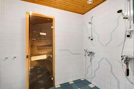 Kylpyhuone ja sauna alakerrassa