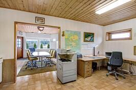 Alakerrassa erillinen toimistotila omalla sisäänkäynnillä
