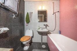 Yläkerran kylpyhuoneessa on myös kylpyamme