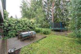 Suojaisalle piha-alueelle mahtuu isokin trampoliini