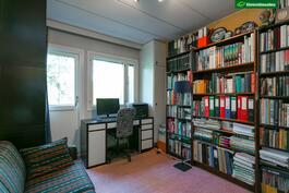 Yläkerran kirjastohuone, josta käynti parvekkeelle