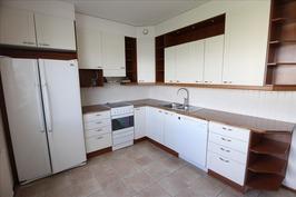 Kodikas keittiö ja mm. upotettuja valoja