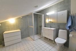 Yläkerran tilava kylpyhuone/wc