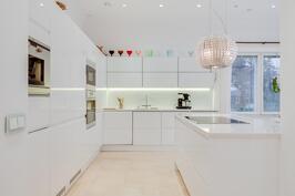 valoa hohtava keittiö