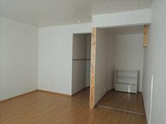 Makuualkovi rakennettu olohuoneeseen