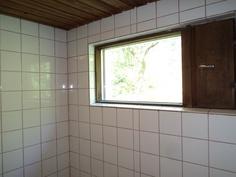 Kylpyhuoneessa ikkuna
