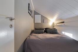 Yläkerran  erillinen pieni makuuhuone