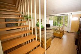 portaikko yläkertaan ja näkymä olohuoneeseen