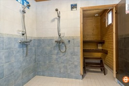 pesuhuone, jossa mm. 2 suihkua