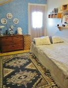 Yläkerran makuuhuone josta käynti parvekkeelle