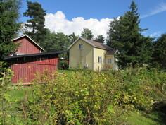 Lisäkuvaa talon siististä pihapiiristä, jossa mm. marjapensaita ja Euran ydinkeskustaan on vain matkaa n. 1 km!