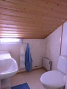 Talon wc uusittu myös 90-luvulla siistiksi ja käyttövesiputket uusittu lisäksi ...