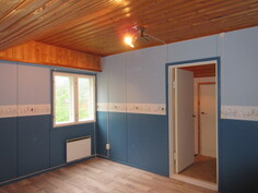 Talon yläkerrassa kaksi erillistä 90-luvulla pintaremontoitua viihtyisää huonetta!