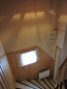 Yläkerran portaikko on myös antiikkipuolipaneelein ja automaattisulakkeellisin sähkökaapein uusittu 90-luvulla!