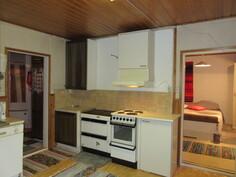 Viihtyisässä keittiössä mm. puulämm. liesi/leivinuuni, hormiliesituuletin ja mukavasti työpöytätilaa sekä astianpesukone ja tilaa hyvin myös ruokapöydälle sekä keittiöstä on yhteys myös tilavaan yhdistettyyn makuu-...