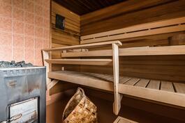 Sauna puukiukaalla.