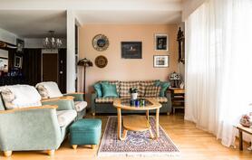 Olohuone, josta käynti katetulle terassille.