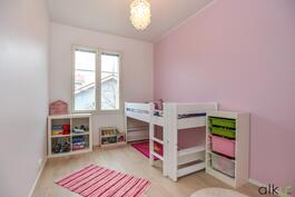 Kodin toinen makuuhuone sopii mainiosti lastenhuoneeksi.