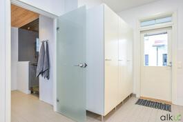 Kodinhoitohuoneesta on käynti ulos ja kylpyhuoneeseen.