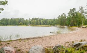 Byvikenin hieno uimaranta aivan lähellä/ Byvikens simstrand alldeles nära