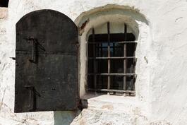 päärakennuksen kivijalan ikkunaluukku