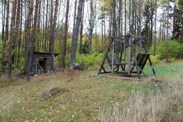Puuvaja, keinu, pelikenttää sekä naapurina olevaa metsätonttia